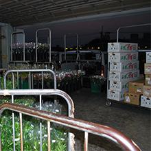 小売店の開店前、早朝の出荷作業